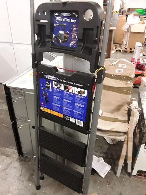 Lot 4 WERNER STEP LADDER WITH INTEGRATED TOOL TRAY