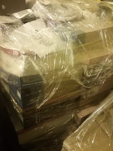 Lot 6025 PALLET OF APPROXIMATELY 123 ASSORTED PAIRS OF SHOES, INCLUDING RIEKER, VIONIC, SKECHERS AND MODA IN PELLE