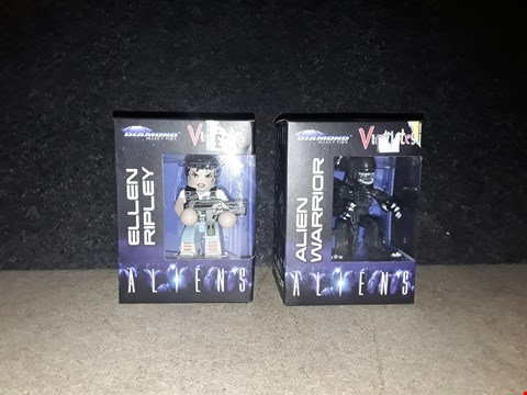 Lot 3005 LOT OF TWO ALIENS COLLECTABLE FIGURES