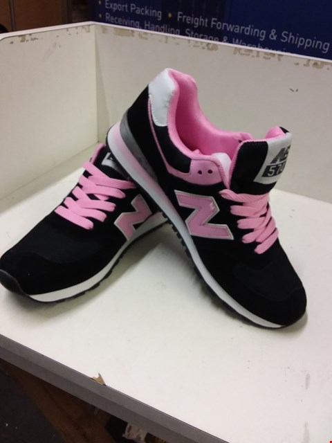 Lot 9031 NEW BALANCE NB574 WOMEN'S TRAINERS - BLACK/PINK SIZE 7