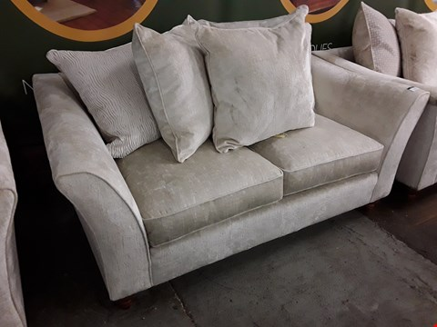 Lot 2131 QUALITY BRITISH DESIGNER AVALON NATURAL FABRIC THREE SEATER SOFA WITH SCATTER CUSHIONS
