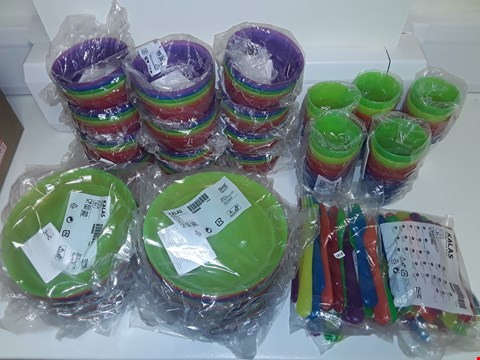 Lot 6486 LOT OF APPROXIMATELY 30 PACKETS OF PLASTIC PICNIC ITEMS TO INCLUDE KALAS PLATES, CUTLERY, BOWLS AND CUPS