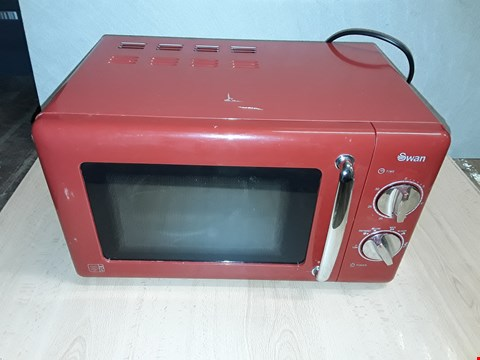 Lot 8278 SWAN MANUAL MICROWAVE OVEN SM22080R - RED RRP £89.99