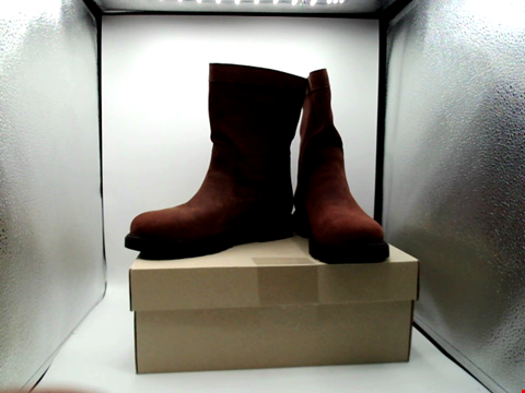 Lot 1138 BOXED PAIR OF DESIGNER CLARKS BOOTS UK SIZE 7
