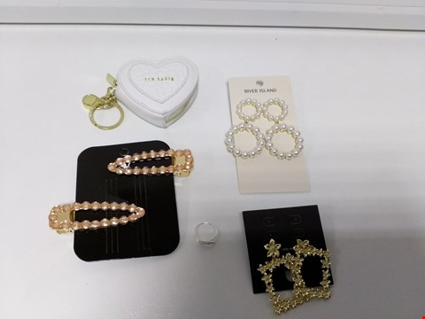 Lot 2091 LOT OF 5 JEWELLERY ITEMS TO INCLUDE RED BAKER HEART LOCK COIN PURSE, ACCESSORIZE ST ANGEL WING RING AND TWO PACK JEWELLED HAIR CLIPS RRP £62.99