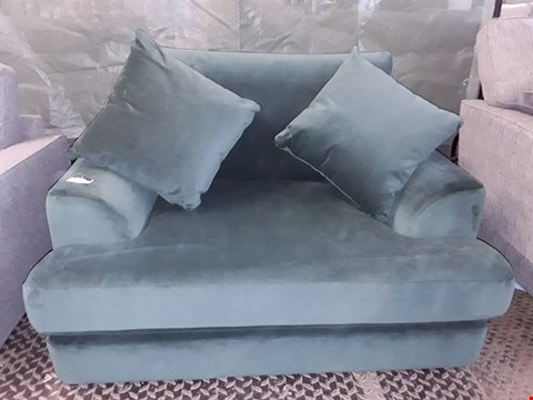 Lot 75 QUALITY BRITISH MADE GREEN VELVET FABRIC SNUGGLE CHAIR