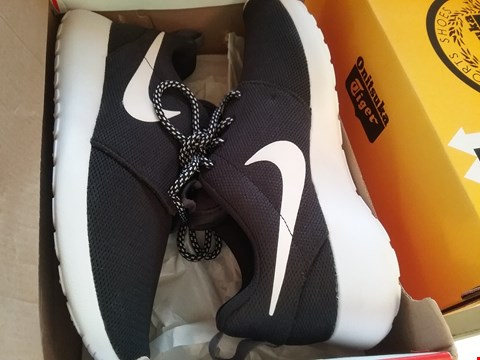 Lot 7091 A PAIR OF NIKE ROSHE ONE TRAINERS UK SIZED 4