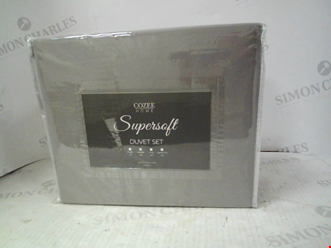 Lot 13799 SUPERSOFT BY COZEE HOME 4 PIECE DUVET SET WITH EASY ZIP