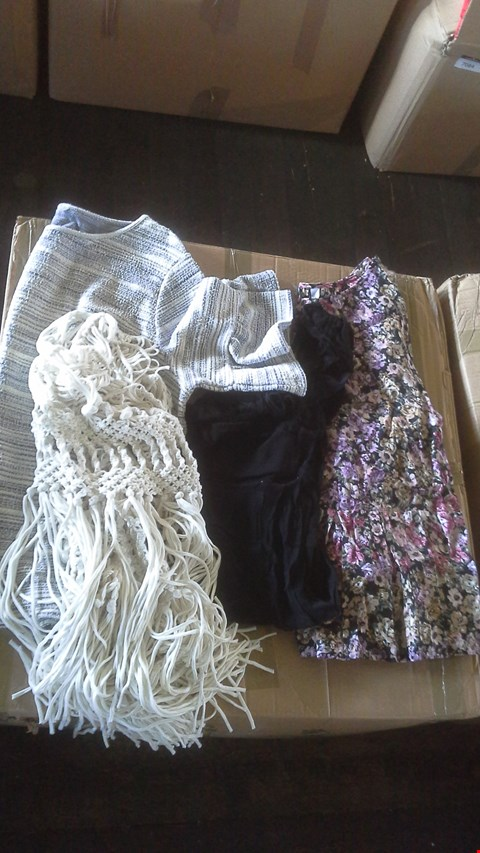 Lot 7020 BOX OF APPROX 24 ITEMS OF LADIES CLOTHING TO INCLUDE BLOUSES VESTS TOPS AND SHAWLS