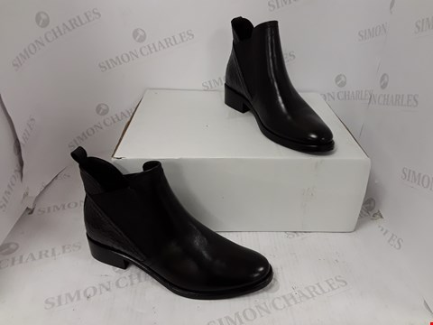 Lot 788 PAIR OF MODA IN PELLE BLACK BOOTS SIZE 40