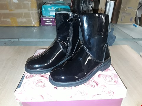 Lot 12573 BOXED LELLI KELLY DIANE BLACK GLOSSY LEATHER BOW DETAIL ZIP UP BOOTS UK SIZE 2