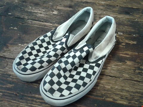 Lot 2477 PAIR OF VANS CLASSIC CHECKERBOARD SLIP ON SHOES SIZE 6 BLACK AND WHITE RRP £68
