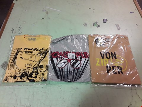 Lot 1759 LOT OF APPROXIMATELY 10 ASSORTED DESIGNER CLOTHING ITEMS TO INCLUDE A YELLOW VON ZIPPER PRINT T-SHIRT L, A GREY VON ZIPPER PRINT T-SHIRT M, A YELLOW VON ZIPPER CARTOON PRINT T-SHIRT M ETC