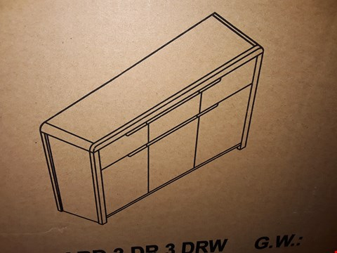 Lot 9047 BOXED CURVE 3-DRAWER 3-DRAWER OAK LOOK SIDEBOARD (1OF1)