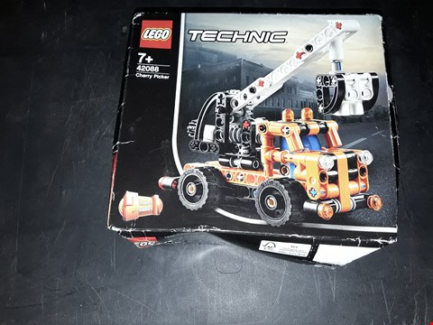 Lot 2060 LEGO TECHNIC CHERRY PICKER