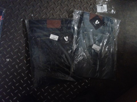 Lot 860 A BOX OF APPROXIMATELY 22 ASSORTED CLOTHING ITEMS TO INCLUDE A PAIR OF STONE WASHED DEMIN JEANS AND A PAIR OF NAVY BLUE JEANS