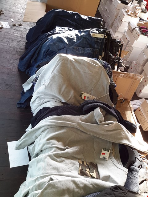 Lot 7100 BOX OF APPROXIMATELY 20 ASSORTED CLOTHING ITEMS TO INCLUDE VOIJEANS, JOE BROWNS JEANS, LAMBRETTA JENSA ETC