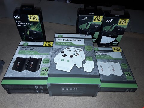 Lot 2205 LOT OF 7 ASSORTED XBOX ONE ITEMS TO INCLUDE TWIN DOCKING STATION, DUAL CHARGE AND PLAY BATTERY, TWIN RECHARGEBLE BATTERY PACKS
