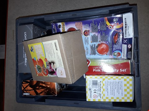Lot 6158 BOX OF ASSORTED TOY ITEMS TO INCLUDE A WWE ACTION FIGURE, PIN ART BOX, A LIGHT UP LED HELIBALL ETC