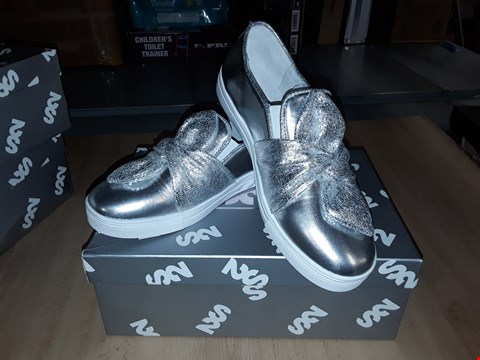 Lot 12476 BOXED STEP2WO SAFFY SILVER BOW DETAIL SLIP ON PUMPS UK SIZE 4.5