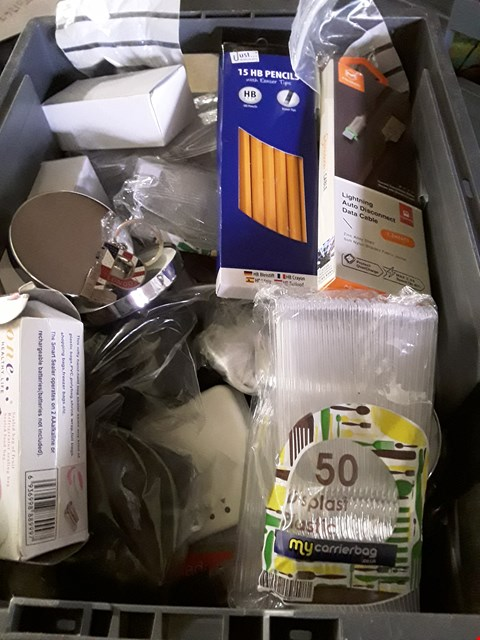 Lot 5545 BOX OF ASSORTED ITEMS TO INCLUDE PACK OF PLASTIC SPOONS AND BOX OF 15 HB PENCILS