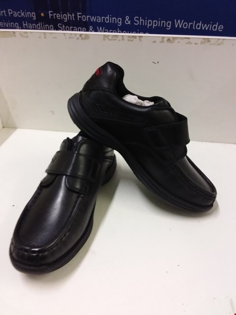 Lot 9049 BOXED KICKERS REASAN STRAP LEATHER BOY'S SHOES - BLACK SIZE 2.5