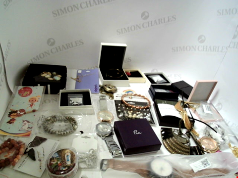 Lot 3070 LOT OF APPROXIMATELY 120 ASSORTED JEWELLERY ITEMS TO INCLUDE NECKLACES, RINGS, WATCHES ETC