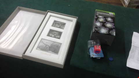 Lot 1092 A BOX OF APPROXIMATELY 17 ASSORTED GIFT ITEMS TO INCLUDE SOLAR SMART STRING LIGHTS, PHOTO FRAME. RRP £610