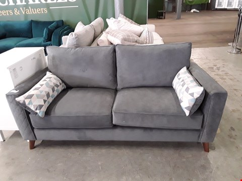 Lot 21 QUALITY BRITISH DESIGNER GREY FABRIC 2 SEATER SOFA WITH CONTRAST BOLSTER CUSHIONS