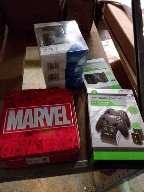 Lot 2272 LOT OF 6 ITEMS TO INCLUDE VENOM TWIN DOCKING STATION, 3 X POWER N GO CHARGERS, MARVEL METAL LUNCH BOX