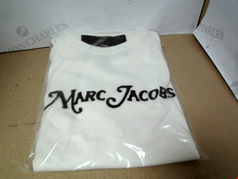 Lot 7151 MARC JACOBS THE LOGO WHITE T-SHIRT - SIZE SMALL