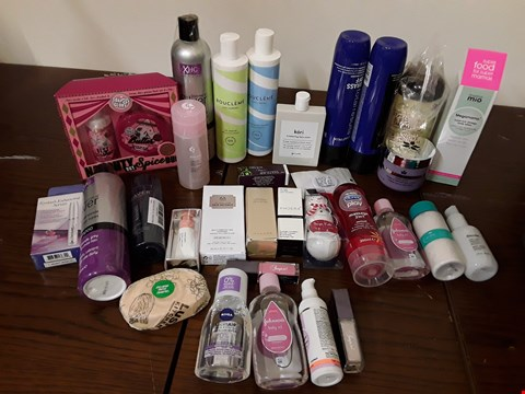 Lot 2127 BOX OF APPROXIMATELY 37 HEALTH AND BEAUTY ITEMS TO INCLUDE SOAP & GLORY NAUGHTY BUT SPICE DUO AND THE BODY SHOP SKIN DEFENCE MULTI PROTECTION ESSENCE