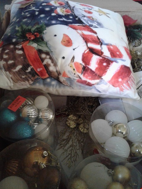 Lot 7707 A BOX OF ASSORTED CRAFT ITEMS TO INCLUDE A SET OF 20 BAUBLES, A LED CUSHION AND A BOX OF 160 WHITE LED NET LIGHTS