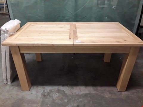 Lot 185 QUALITY SOLID OAK EXTENDING DINING TABLE WITH 2 LEAVES