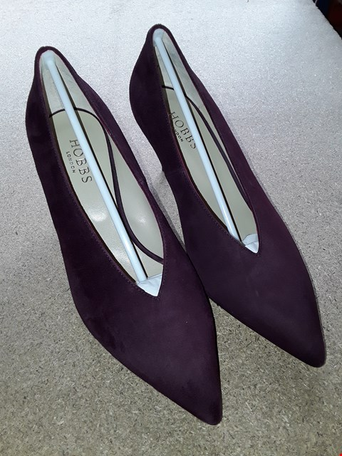 Lot 7050 BOXED FINE SUEDE POPPY COURT SHOES SIZE 7