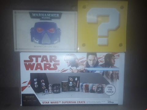 Lot 674 BOX OF APPROXIMATELY 11 BRAND NEW ITEMS TO INCLUDE WARHAMMER 40K SHAPED CERAMIC MUG, STAR WARS SUPER FAN CRATE AND SUPER MARIO QUESTION BLOCK MONEY BANK