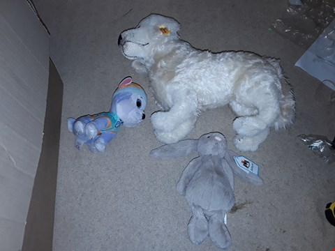 Lot 6162 BOX OF ASSORTED SOFT TOYS TO INCLUDE A JELLYCAT RABBIT, A SLEIFF WHITE PUPPY, TY BEANIE BOOS CUDDLY TOY ETC
