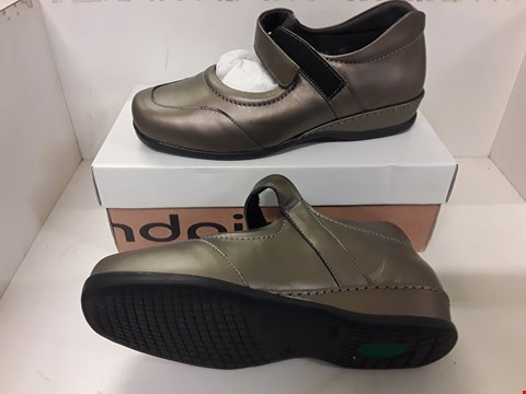 Lot 4061 PAIR OF DESIGNER BRONZE COLOURED FLAT SHOES IN THE STYLE OF SANDPIPER SIZE UK 5