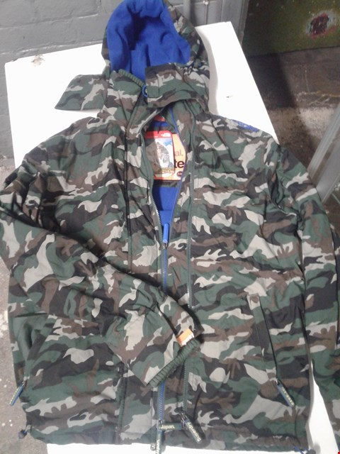 Lot 86 SUPERDRY CAMOUFLAGE PATTERN HOODED JACKET WITH BLUE FLEECE LINING SIZE XXL