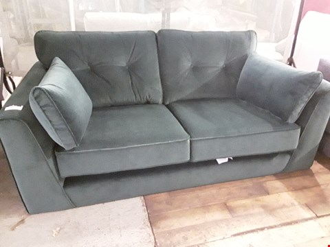 Lot 96 QUALITY DESIGNER BRITISH MADE FINSBURY BUTTONED BOTTLE GREEN VELVET TWO SEATER SOFA WITH BOLSTER CUSHIONS