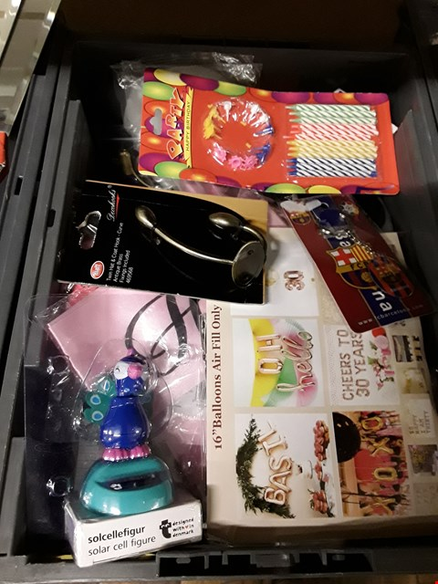 Lot 52 BOX OF ASSORTED ITEMS TO INCLUDE  SOLAR CELL FIGURE , PARTY BALLOONS, KEY RINGS, TWIN HAT & COAT HOOK ETC  (BOX NOT INCLUDED)