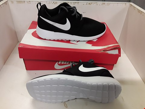 Lot 4006 PAIR OF DESIGNER TRAINERS IN THE STYLE OF NIKE ROSHE ONE SIZE UK 5