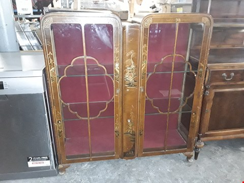 Lot 8025 DESIGNER VINTAGE STYLE 2 DOOR GLASS CABINET WITH CHINESE ENGRAVINGS