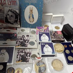 Lot 7000 LOT OF APPROXIMATLEY 90 ASSORETD NUMISMATIC ITEMS TO INCLUDE COINS, COLLECTORS MEDALS, TOKENS ETC