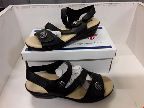 Lot 4025 PAIR OF DESIGNER BLACK SANDALS IN THE STYLE OF PADDERS SIZE EU 41