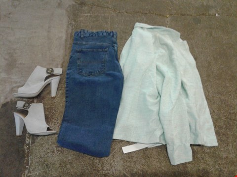 Lot 238 BOX OF APPROXIMATELY 13 CLOTHING AND SHOES TO INCLUDE STONEWASH JEANS, GREY HEELS AND AQUA STRIPED JACKET - VARIOUS SIZES