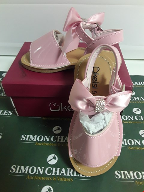Lot 3121 DESIGNER BOXED PAIR OF PINK CHILDRENS SHOES SIZE KIDS 5