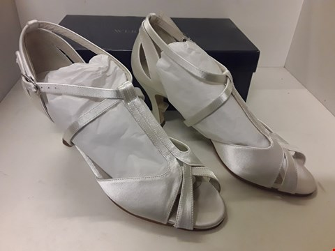Lot 4046 PAIR OF DESIGNER LADIES SATIN SHOES IN THE STYLE OF WERNER KERN SIZE UK 7