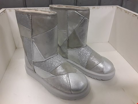 Lot 4091 PAIR OF DESIGNER SPARKLY FUR LINED BOOTS IN THE STYLE OF UGG SIZE UK 4