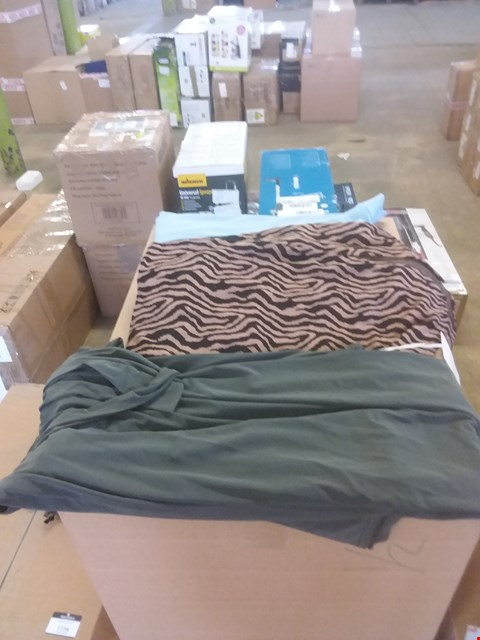 Lot 7777 2 BOXES OF ASSORTED CLOTHING TO INCLUDE 26 ITEMS